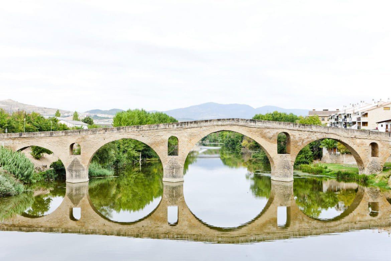 Puente románico sobre el río arga