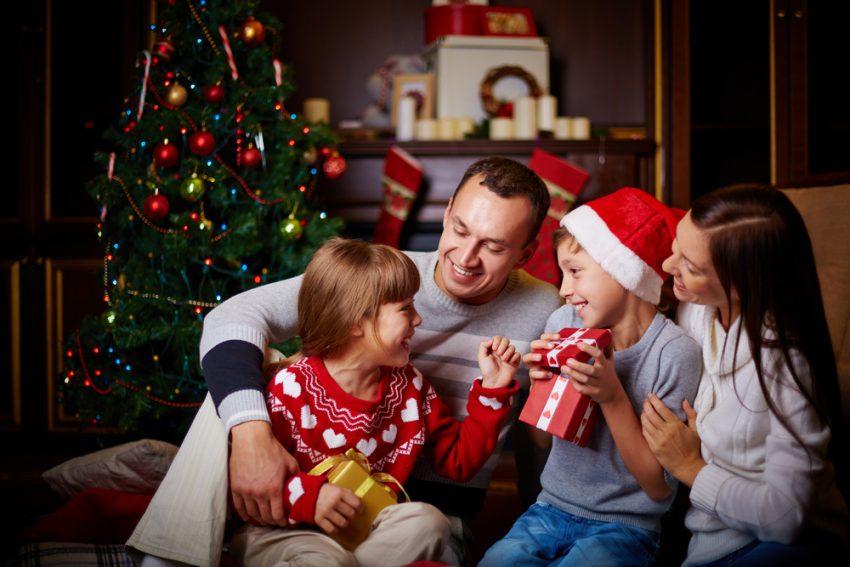 Familia con regalos en la noche de Navidad
