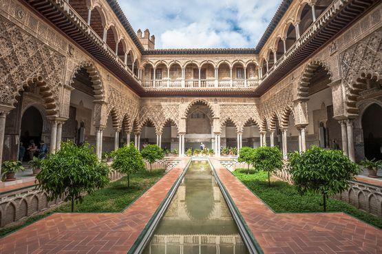 Patio en los Reales Alcázares de Sevilla, España